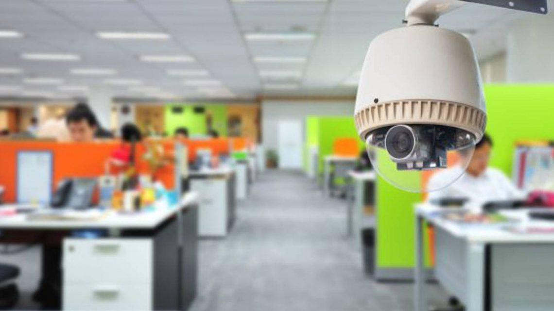 El control laboral con cámaras es legal solo si la empresa informa adecuadamente al empleado.